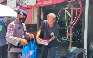 Brimob Polda Kalteng Bagikan 150 Paket Makanan