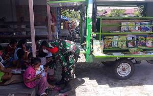 TNI Sediakan Perpustakaan Keliling Bantu Belajar Siswa di Tengah Pandemi Covid-19