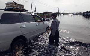 Personel Polsek Kolam Tetap Semangat Atur Lalu Lintas Jalan Terendam Banjir