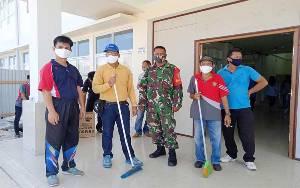 Camat Dusun Timur Pimpin Pembersihan Tempat Isolasi Pasien Covid-19