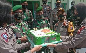 Kapolres Katingan Berikan Kue Ulang Tahun ke Pabung pada HUT TNI