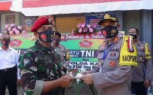 Sambangi Pos TNI AL, Kapolres Seruyan Berikan Kue Ultah