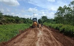 PT BSG Perbaiki Jalan Penghubung 7 Desa di Pulang Pisau