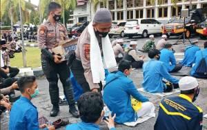PMII Kalteng Sambil Orasi Duduk Bareng Dengan Polisi di Depan Gedung DPRD