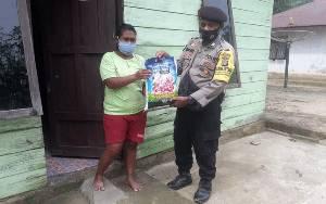 Bhabinkamtibmas Polsek Pangkalan Banteng Bagikan Bansos Jumat Berkah