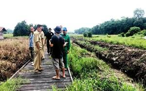 Kepala Dinas Pertanian Barito Utara Monitoring Pembuatan Saluran Irigasi di Desa Pepas