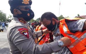 Kapolda Kalteng Berikan Rompi Liputan Unjuk Rasa Untuk Wartawan