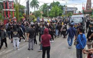 Sejumlah Remaja Memiliki KTP Diperbolehkan Masuk Barisan Demo Setelah Sebelumnya Sempat Ditahan