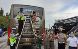 Ajak Disiplin Prokes, Satlantas Polres Kobar Pasang Stiker di Kendaraan Umum