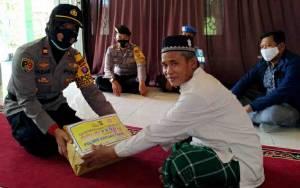 Kapolsek Kapuas Timur Bagikan Sembako untuk Warga