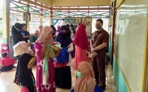 Camat Bataguh Cek Pelayanan di Posyandu Desa Tamban Luar