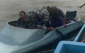 TNI AL Kumai Evakuasi Nelayan yang Sakit dari Tengah Laut