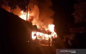 Rumah Betang Dayak Taman Kapuas Terbakar