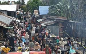 Sejumlah Pedagang di Pasar Sejumput Tetap Berjualan Meskipun Kios Mereka Terbakar