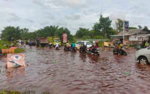 Banjir di Jalan Jendral Sudirman Km 4 Sampit Membuat Kemacetan Hingga Bundaran Balanga