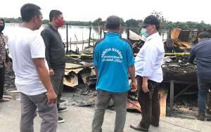 Posko Relawan Harati Bagikan Sembako kepada Korban Kebakaran di Pasar Sejumput