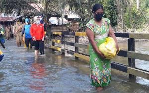 Bupati Kobar Tinjau Warga Terdampak Banjir di Aruta