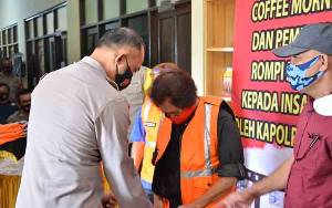 Kapolres Barito Selatan Bagikan Rompi Khusus untuk Wartawan