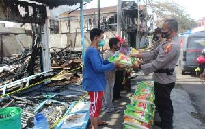 Polres Seruyan Serahkan Bantuan kepada Korban Kebakaran
