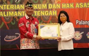 Plt Bupati Pulang Pisau Beri Penghargaan Handep Hapakat Kepada Kanwil Kemenkum HAM Kalteng