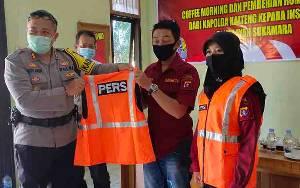 Polres Sukamara Serahkan Rompi Kepada Wartawan