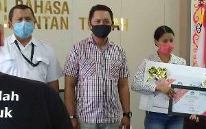 Borneonews.co.id Terima Penghargaan Pengutamaan Bahasa Negara di Berita