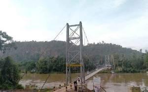 Jembatan Gantung Beri Dampak Positif Bagi Ekonomi Warga Desa Upon Batu