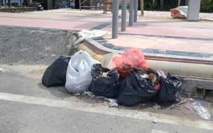 Satpol PP Kobar Ingatkan Pelaku Usaha Tidak Tumpuk Sampah di Pinggir Jalan