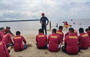 Ditsamapta Polda Kalteng Latih Personel Polres Kobar di Pantai Kubu Tanggulangi Bencana Banjir