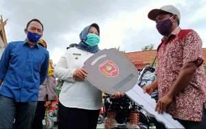 Bupati Kobar Serahkan Alsintan Bantuan Kementerian Pertanian ke Petani