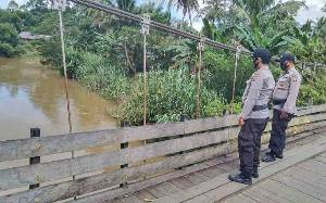 Personel Polsek Dusun Tengah Pantau Kenaikan Debit Air Sungai untuk Deteksi Dini Banjir