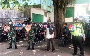 Polisi dan TNI Kompak Sosialisasi Prokes Covid-19 di Pasar Besar