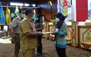 Plt Gubernur Kalteng Serahkan Sertifikat Tanah PTSL kepada Masyarakat Palangka Raya