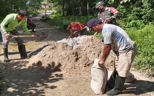 Babinsa Sepang Bersama Warga Desa Rangan Tate Gotong Royong Perbaiki Jalan