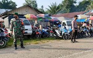 Polsek Patangkep Tutui dan Koramil 1012-02 Bersinergi dalam Pengamanan Pasar Mingguan