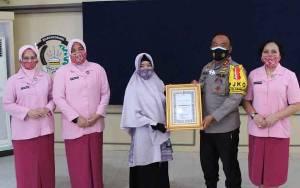 Kapolda Kalteng Berikan Penghargaan Guru TK Bhayangkari 18 Sampit