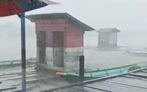 Dua Jamban Warga Pinggiran Sungai Arut Hanyut Akibat Hujan Disertai Angin