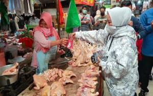 Kader NasDem Perkenalkan Pasangan Sugianto Sabran - Edy Pratowo kepada Pedagang Pasar Kahayan