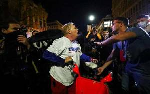 Pendukung Donald Trump Unjuk Rasa, Bentrok dengan Pendukung Joe Biden