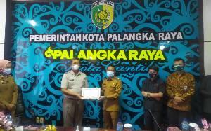Wali Kota Palangka Raya Serahkan Penghargaan untuk BPN