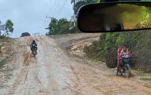 Potret Pedalaman Kotim di Wilayah Utara:  Panas Berdebu, Hujan Becek dan Licin