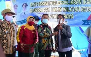 Wali Kota Palangka Raya Serahkan Bantuan Perahu dan Alat Tangkap Ikan untuk Nelayan