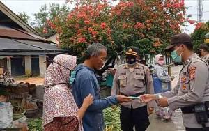 Laksanakan Operasi Yustisi, Polres Sukamara Bagikan Ratusan Masker