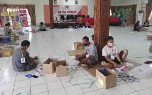 KPU Barito Selatan Sortir dan Lipat Surat Suara Pilkada Kalteng