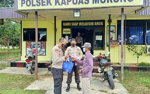 Polsek Kapuas Murung Kembali Berikan Bantuan Sembako Untuk Warga di Tengah Pandemi Covid-19