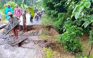 Jalan Penghubung 4 Desa di Kecamatan Pematang Karau Amblas