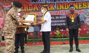 Gerdayak Beri Penghargaan Bintang Kehormatan Medali Pejuang Dayak Kepada Sugianto Sabran dan Agustiar Sabran