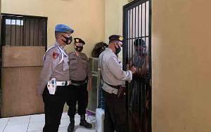 Pastikan Aman, Piket SPKT Polres Kapuas Kontrol Ruang Tahanan