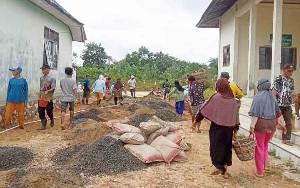 Pemerintah Desa Turan Amis Berdayakan Keluarga Miskin dengan Padat Karya Tunai
