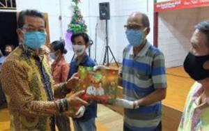 Bupati Murung Raya Bagikan Bingkisan Natal di Kalang Kaluh